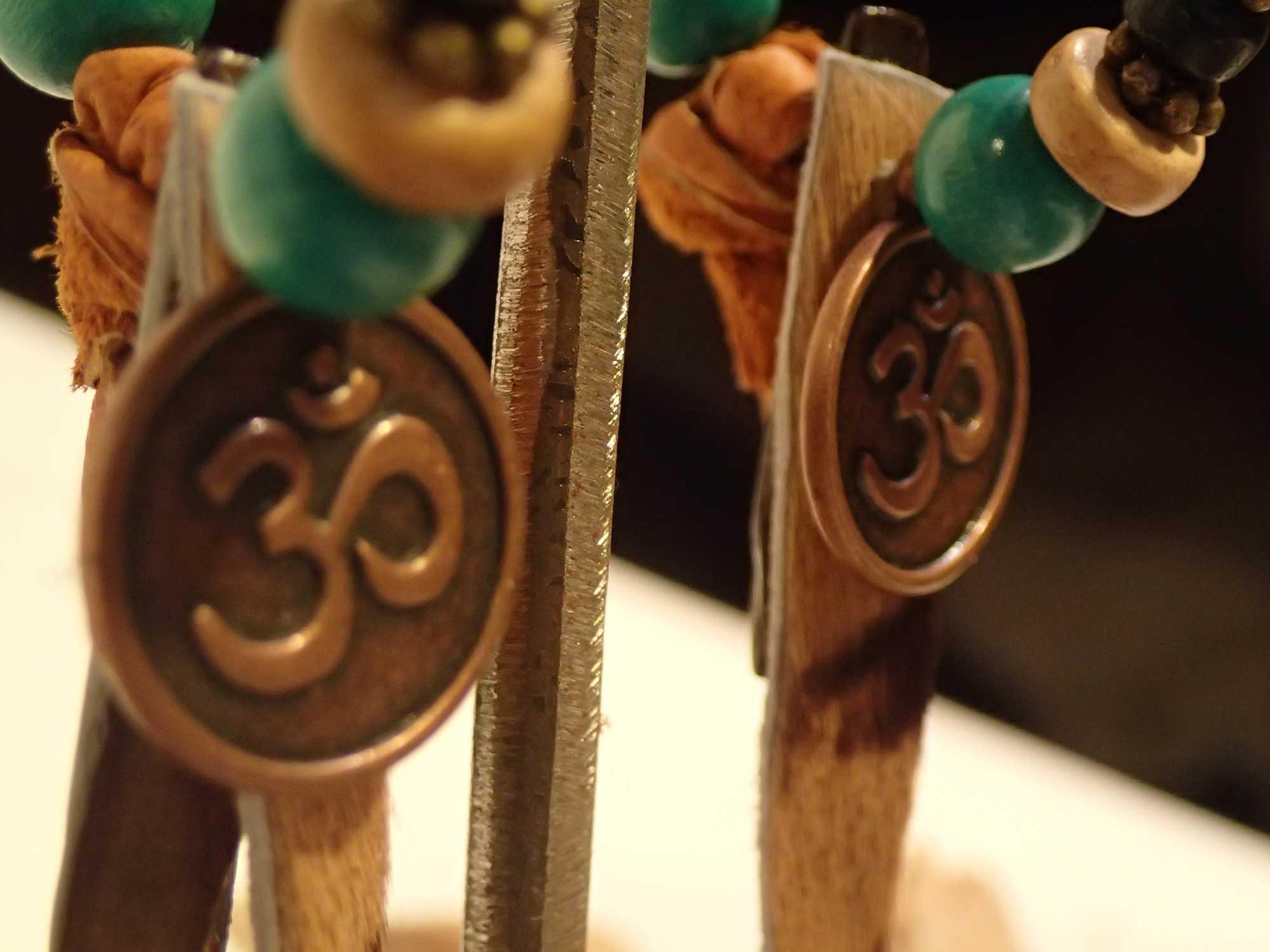 Atome-Crochu-_-product-_-boucle-oreilles-creoles-en-cuir-et-om-indien-02