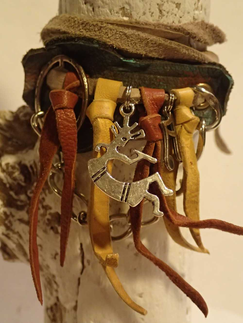Atome-Crochu-_-product-_-bracelet-en-cuir-franges-kokopelli-note-de-musique-et-peace-and-love-01