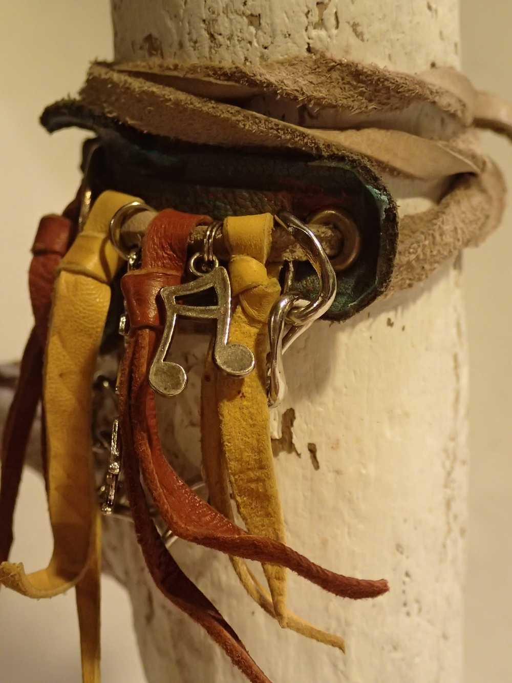 Atome-Crochu-_-product-_-bracelet-en-cuir-franges-kokopelli-note-de-musique-et-peace-and-love-02
