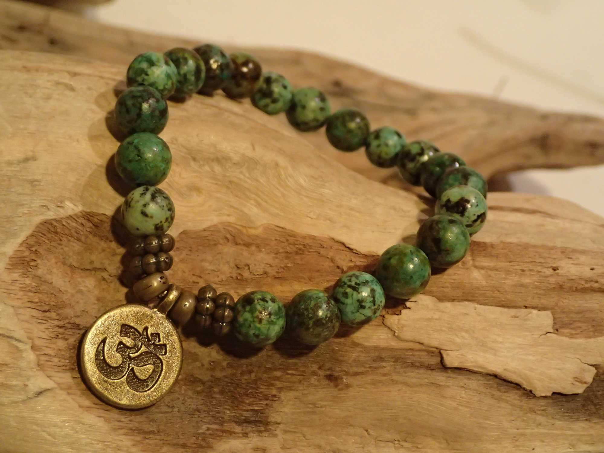 Atome-Crochu-_-product-_-bracelet-en-pierres-turquoise-dafrique-medaille-om-cuivree-01