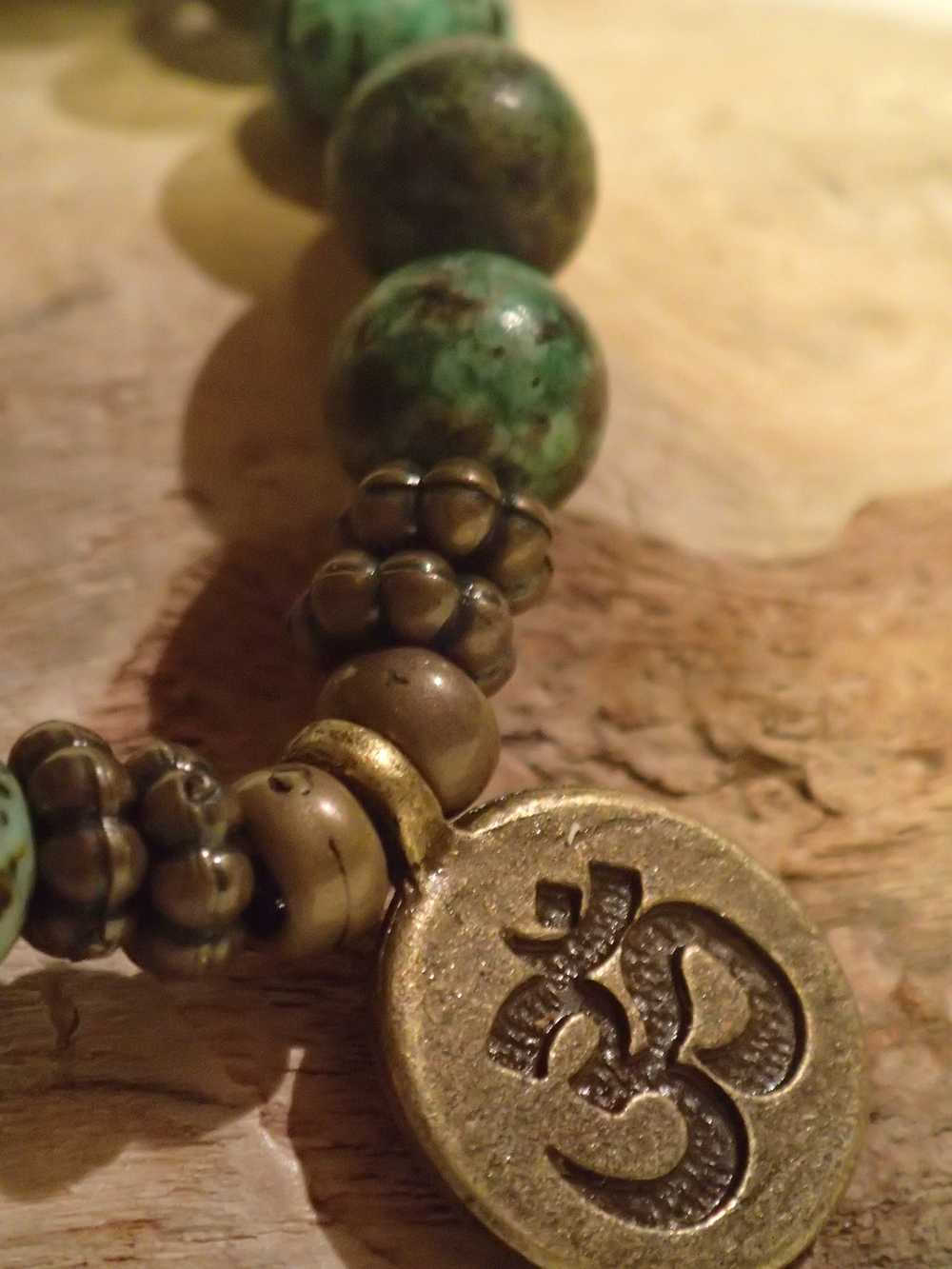Atome-Crochu-_-product-_-bracelet-en-pierres-turquoise-dafrique-medaille-om-cuivree-02