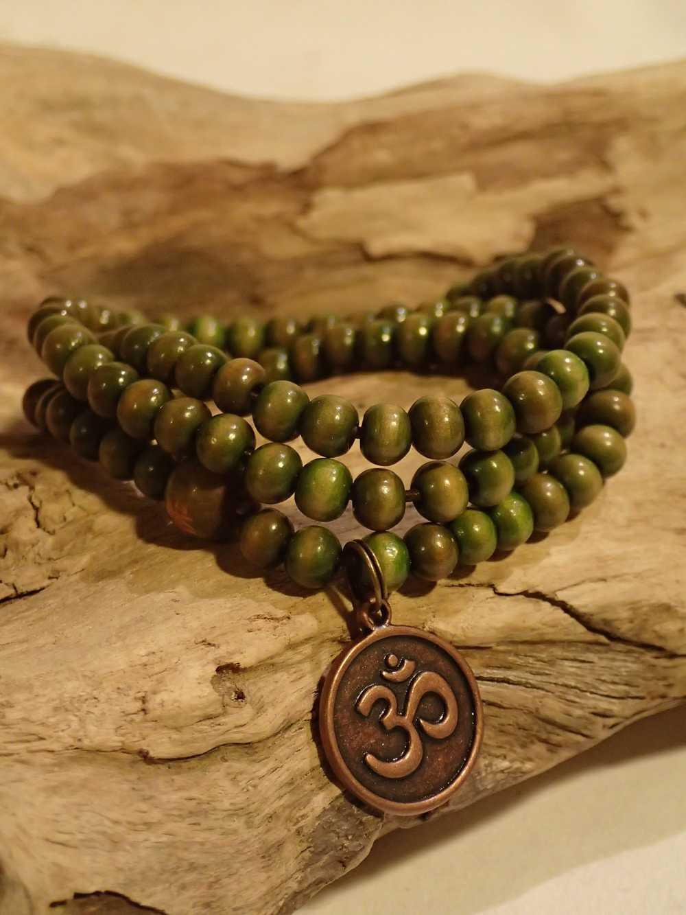 Atome-Crochu-_-product-_-collier-bracelet-mala-tibetain-en-bois-et-om-indien-01