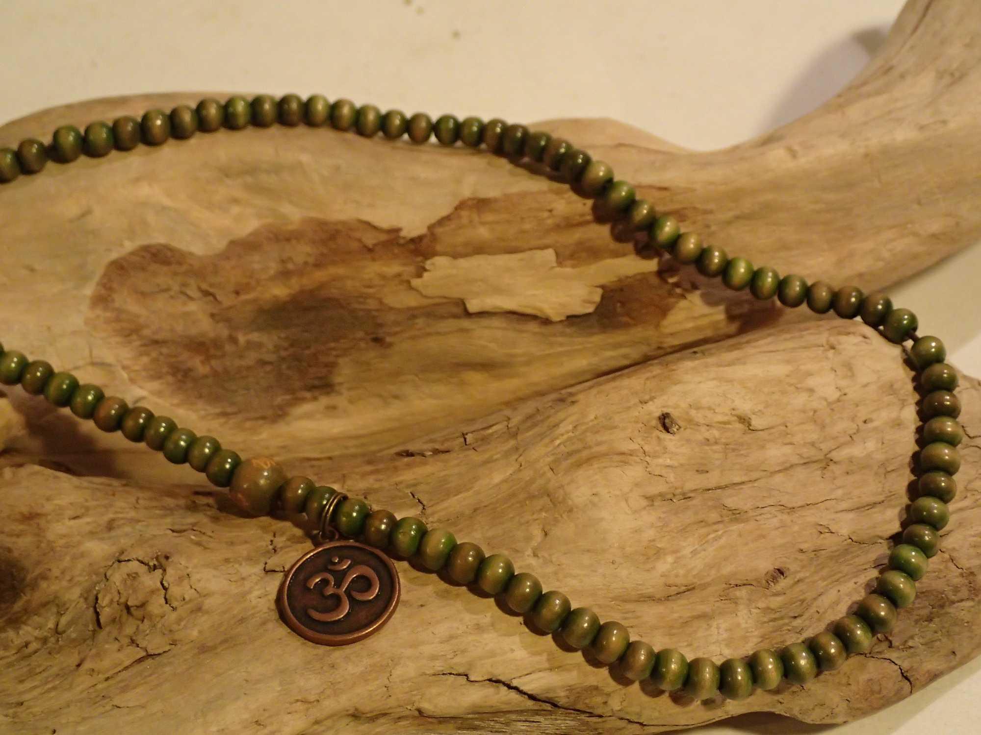 Atome-Crochu-_-product-_-collier-bracelet-mala-tibetain-en-bois-et-om-indien-03