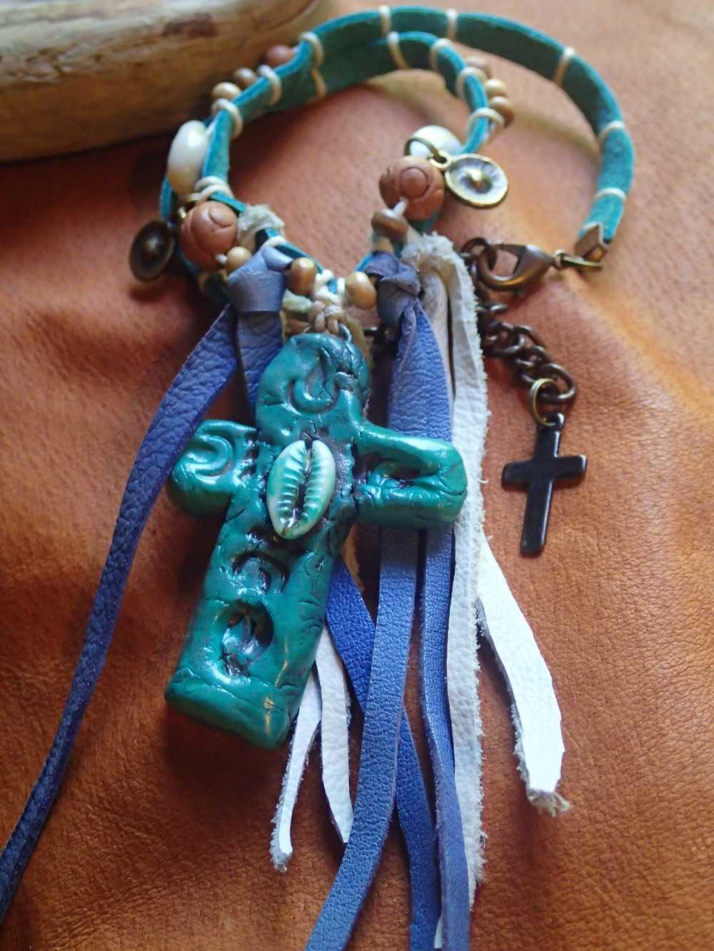 Atome-Crochu-_-product-_-collier-croix-hippie-style-cuirs-et-cauris-02