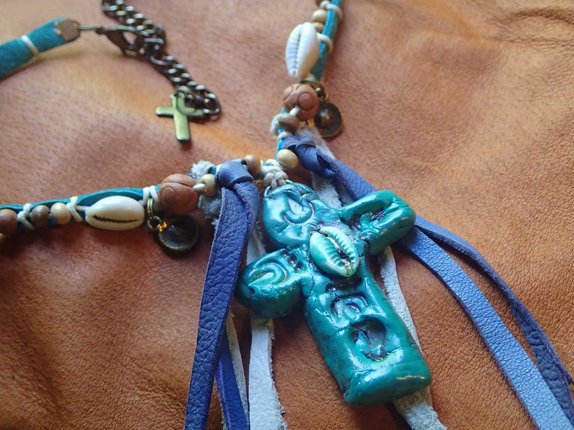 Atome-Crochu-_-product-_-collier-croix-hippie-style-cuirs-et-cauris-03