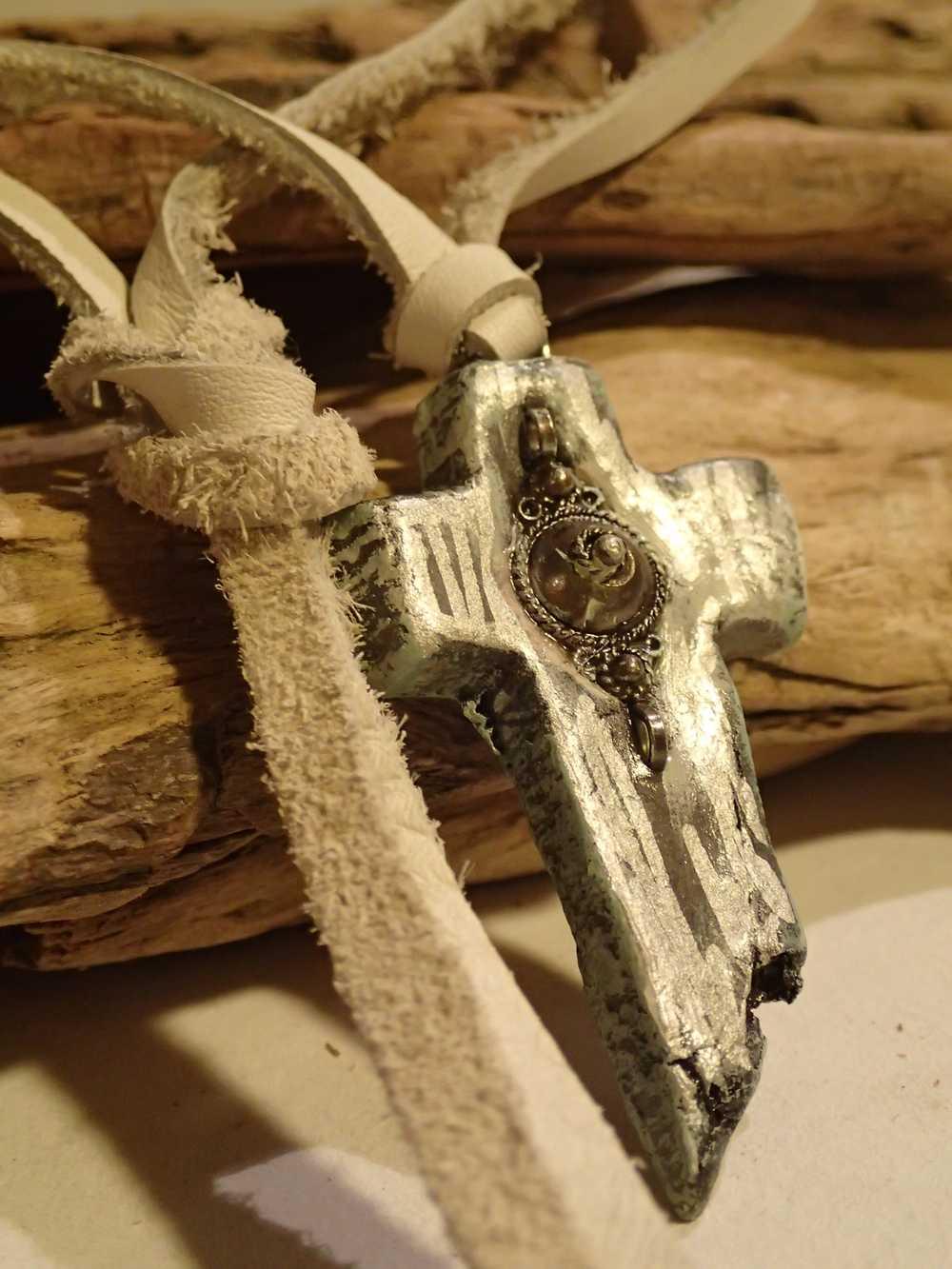Atome-Crochu-_-product-_-collier-croix-hippie-style-monte-sur-lacet-long-cuir-blanc-03